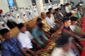 Jemaah Tarekat Naqsabandiyah melaksanakan Salat Id di Mushalla Baitul Makmur, Pauh, Padang, Sumatra Barat, Rabu, 13 Juni 2018.