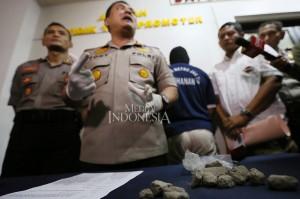 Kapolres Metro Jakarta Timur Kombes Yoyon Tony Surya Putra (tengah) memberikan keterangan kepada weartawan terkait kasus pelemparan batu ke Jalan Tol Jagorawi di Polres Jakarta Timur.