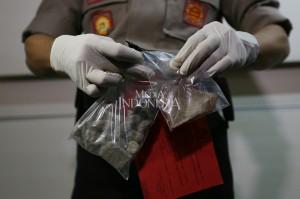 Polisi juga menyita barang bukti 16 buah batu kerikil dan 1 buah pecahan genteng.