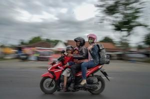 Pemudik menggunakan sepeda motor melintasi jalur selatan Jawa Tengah di simpang Rawalo, Banyumas, Jateng, Rabu (12/6). Arus mudik di jalur selatan Jawa Tengah mulai ramai dilewati pemudik pada H-2 lebaran. Antara Foto/Idhad Zakaria