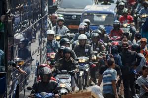 Kendaraan terjebak kemacetan di Padalarang, Kabupaten Bandung Barat, Jawa Barat, Rabu (13/6). Dinas Perhubungan Kabupaten Bandung Barat mencatat pada H-2 Idulfitri 1439H sebanyak 61.068 kendaraan dari arah Cianjur menuju Bandung sementara 62.905 kendaraan dari arah Bandung menuju Cianjur. Antara Foto/Raisan Al Farisi