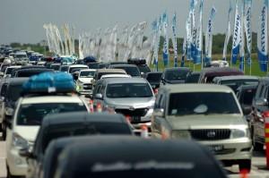Kendaraan pemudik antre di gate tol darurat Kertasari, Kabupaten Tegal, Jawa Tengah, Rabu (13/6). Antara Foto/Oky Lukmansyah