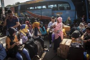 Sejumlah calon pemudik menanti kedatangan bus di Terminal Kampung Rambutan, Jakarta, Rabu (13/6). Kementerian Perhubungan memprediksi terjadi peningkatan sebesar 1,76 persen atau mencapai delapan juta orang yang menggunakan moda transportasi bus pada masa angkutan lebaran 2018. Antara Foto/Aprillio Akbar