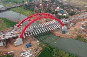 Jembatan dengan panjang 160 meter dengan kekuatan penahan beban sekitar 16 ton tersebut aman untuk dilewati pengendara pada saat arus mudik dan arus balik Lebaran 2018.