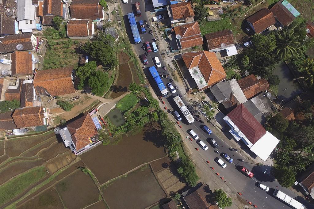 Ratusan kendaraan melintas di Jalur Nagreg, Kabupaten Bandung, Jawa Barat.