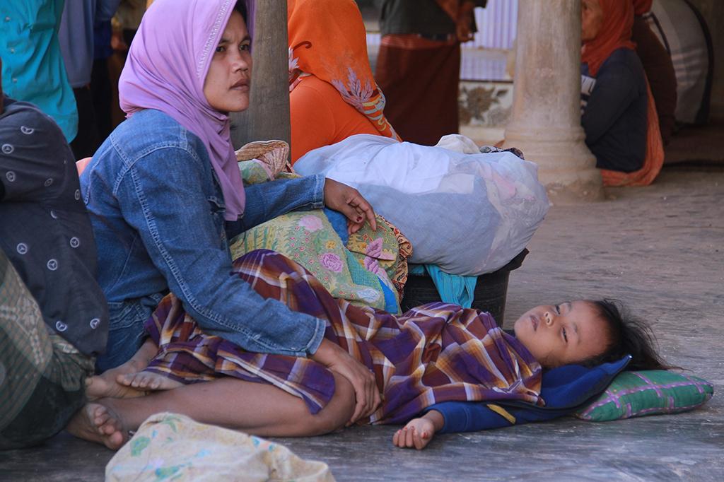 Warga terdampak gempa mengungsi ketempat yang lebih aman di Desa Bula'an, Sumenep, Jawa Timur.