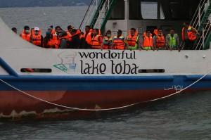 Tim evakuasi gabungan melakukan pencarian korban KM Sinar Bangun yang tenggelam di Danau Toba, Simalungun, Sumatra Utara.