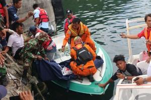 Petugas gabungan mengangkat kantong berisi jenazah korban KM Sinar Bangun yang tenggelam di Danau Toba, di Pelabuhan Tigaras, Simalungun, Sumatera Utara.