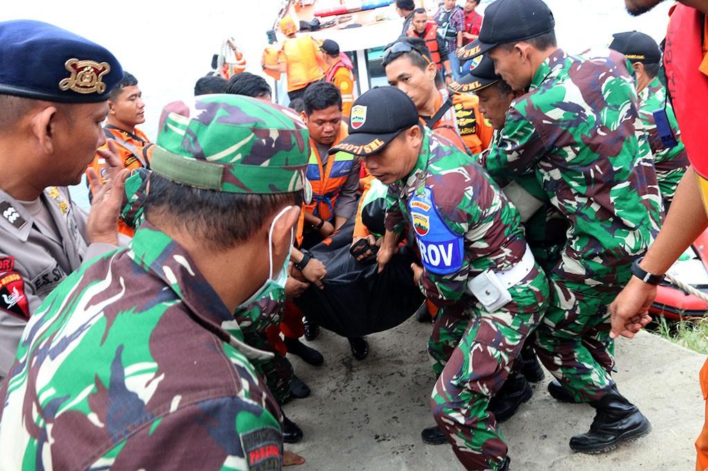 Hingga hari ketiga proses pencarian korban, sebanyak 18 penumpang selamat, tiga penumpang tewas dan lebih dari 180 penumpang lainnya masih dalam proses pencarian.