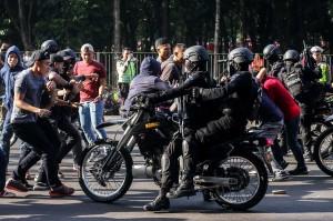Petugas kepolisian berusaha menghalau massa pada simulasi pengamanan Asian Para Games 2018 di Kompleks Gelora Bung Karno, Jakarta, Sabtu, 23 Juni 2018.