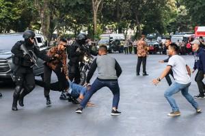 Petugas kepolisian menangkap seorang perusuh pada simulasi pengamanan Asian Para Games 2018 di Kompleks Gelora Bung Karno, Jakarta.