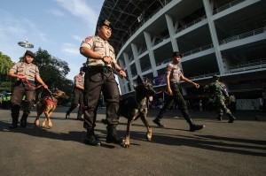 Petugas kepolisian membawa anjing terlatih pada simulasi pengamanan Asian Para Games 2018 di Kompleks Gelora Bung Karno, Jakarta.