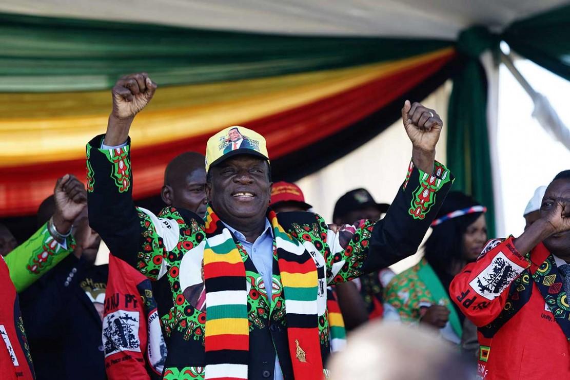 Ledakan terjadi di dekat Presiden  Emmerson Mnangagwa saat dia melambai kepada pendukung pada acara kampanye di Bulawayo, Sabtu, 23 Juni 2018 waktu setempat. Beruntung dia lolos tanpa terluka.