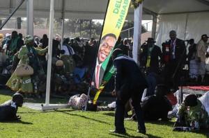 Beberapa orang tergeletak terkena ledakan yang diduga bom, saat Mnangagwa menggelar kampanye di sebuah stadion di Bulawayo.