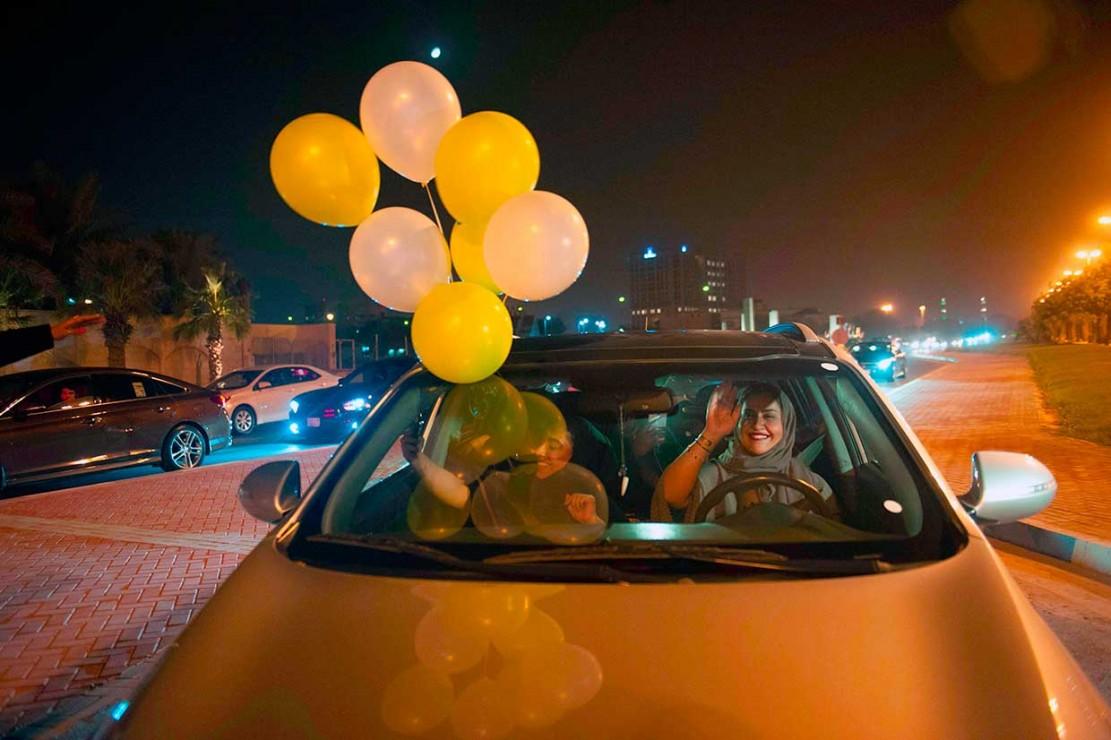 Perempuan Arab Saudi Susuri Jalanan dengan Mobil