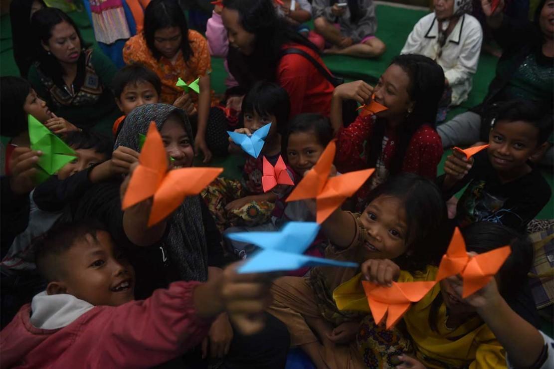 Para relawan mengajak anak anak bermain, bernyanyi, pentas seni, dan kegiatan lainnya untuk mencegah rasa traumatik terhadap peristiwa yang melanda desa mereka.