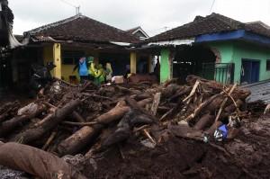 Banjir bandang yang melanda Singojuruh mengakibatkan  sedikitnya 415 rumah rusak dan masih menyisahkan endapan lumpur di permukiman warga.
