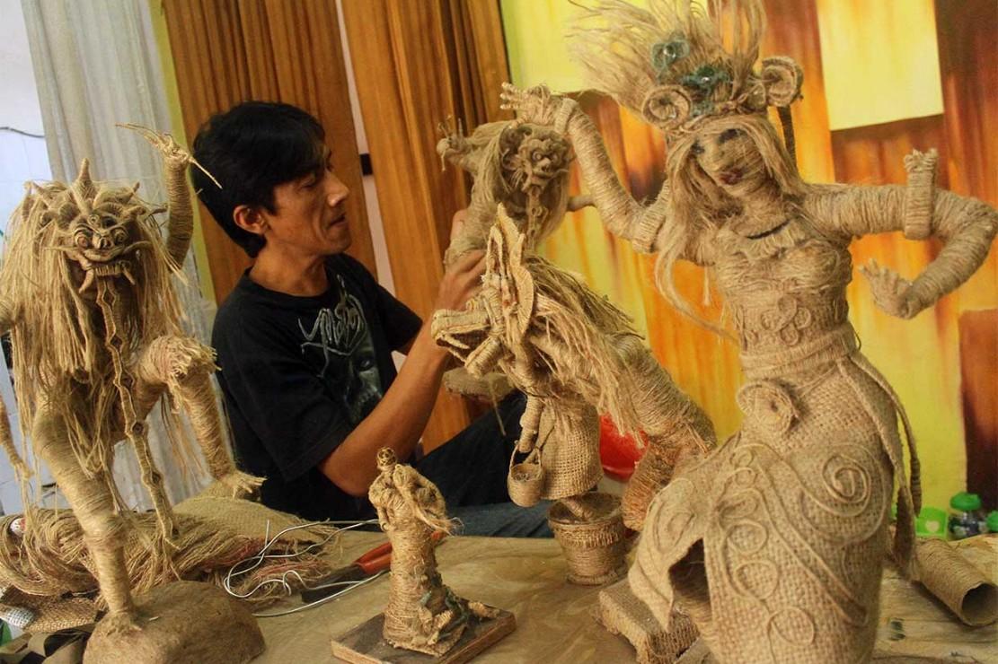 Uniknya Kerajinan Patung dari Karung Goni
