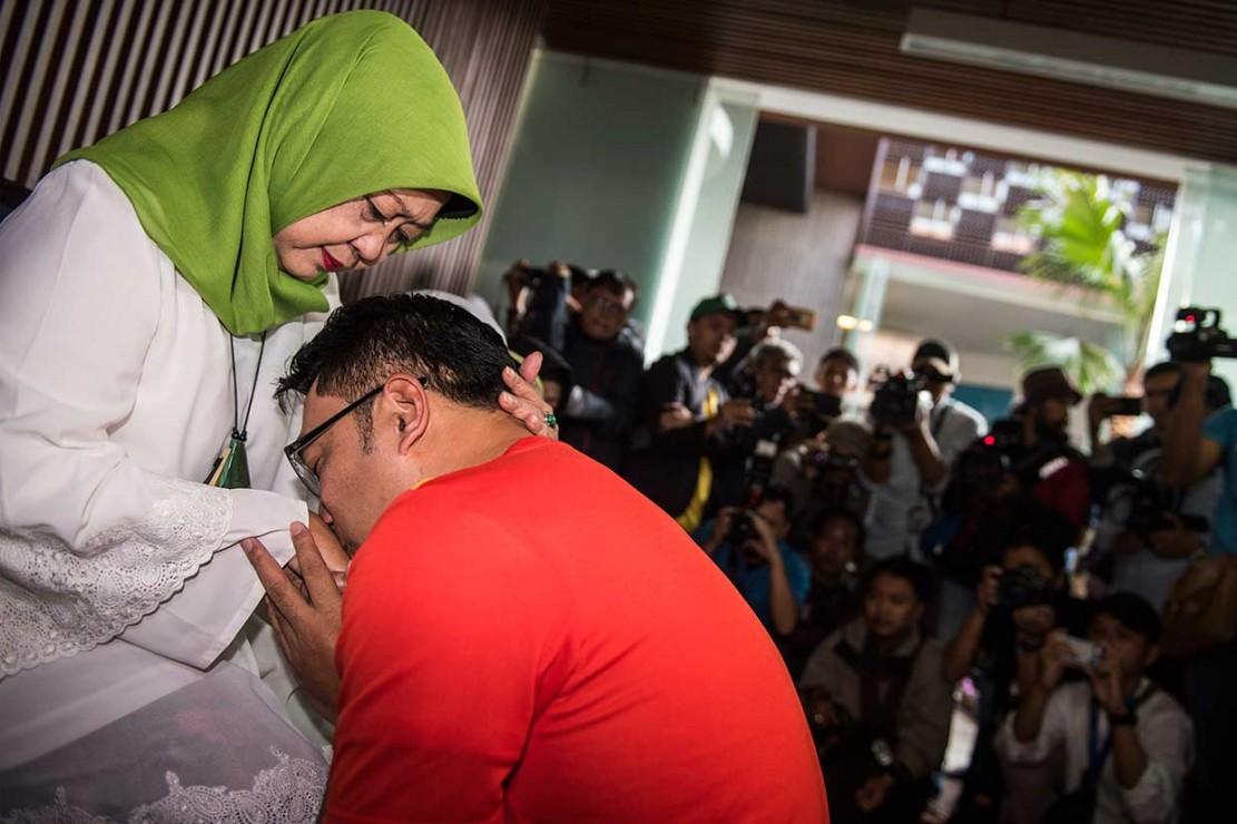 Ke TPS, Ridwan Kamil Kenakan Jersey Bola