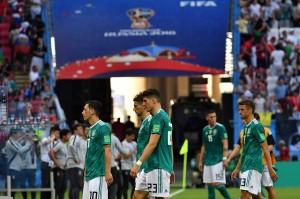 Para pemain Jerman tertunduk lesu saat meninggalkan lapangan setelah dipastikan tersingkir dari Piala Dunia usai menelan kekalahan mengejutkan 0-2 dari Korea Selatan pada laga terakhir penyisihan Grup F.