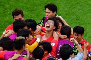 Reaksi berbeda ditunjukkan para pemain Korsel. Meski dipastikan tersingkir dari Piala Dunia, mereka patut berbangga setelah menundukkan juara bertahan Jerman.