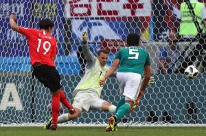 Awal petaka Jerman terjadi pada injury time babak kedua saat terjadi kemelut di depan gawang Manuel Neuer. Bola liar hasil tendangan sudut dimanfaatkan Kim Young Gwon untuk menjebol gawang Neuer.