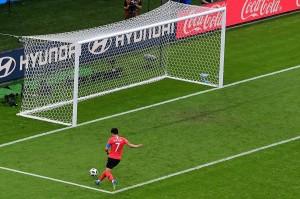 Beberapa saat kemudian Son Heung Min berlari untuk mengejar bola panjang, saat kiper Jerman Manuel Neuer meninggalkan gawangnya untuk membantu timnya mencetak gol. Sang penyerang Korsel tersebut dengan mudah melepaskan tembakan mendatar ke gawang untuk memastikan kemenangan dan memulangkan Jerman.