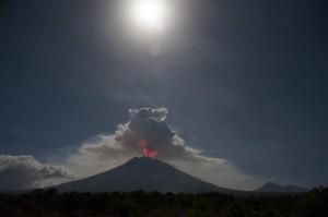 Pusat Vulkanologi dan Mitigasi Bencana Geologi (PVMBG) mencatat terjadinya erupsi Gunung Agung dengan tinggi kolom abu mencapai 2.000 meter, namun status gunung tersebut masih pada level siaga.