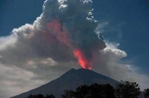 Cahaya magma dalam kawah Gunung Agung terpantul pada abu vulkanis terlihat dari Desa Datah, Karangasem, Bali, Jumat, 29 Juni 2018.