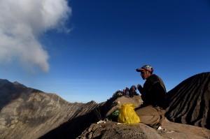 Seorang masyarakat suku Tengger berdoa di bibir kawah Gunung Bromo usai melarung sesajinya di kawah tersebut pada Upacara Yadnya Kasada, Probolinggo, Jawa Timur.