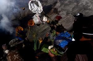 Masyarakat suku Tengger melarung sesajinya berupa hasil pertaninan ke kawah Gunung Bromo pada Upacara Yadnya Kasada, Probolinggo.