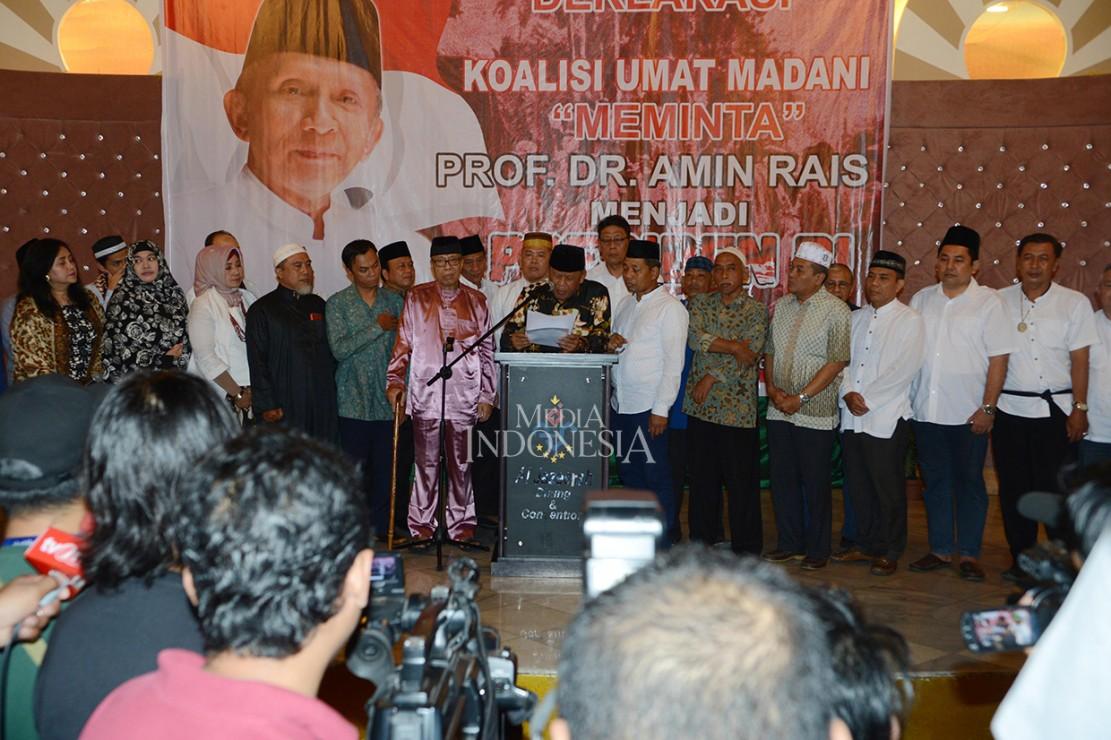 Dewan Penasihat Persaudaraan Alumni 212 Eggi Sudjana (tengah) bersama Ketua Koalisi Umat Madani Letjen TNI (Purn) Syarwan Hamid (keenam dari kiri) membacakan deklarasi dukungan