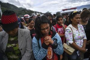 Keluarga korban tenggelamnya KM Sinar Bangun bersama warga mengikuti doa lintas agama di dermaga Tigaras, Danau Toba, Simalungun, Sumatera Utara.