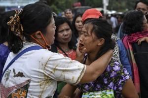 Keluarga korban tenggelamnya KM Sinar Bangun bersama warga mengikuti doa lintas agama di dermaga Tigaras.