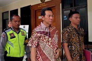Bupati nonaktif Kebumen Yahya Fuad menjalani sidang perdana dengan agenda pembacaa dakwaan, di Pengadilan Tipikor Semarang, Jawa Tengah.