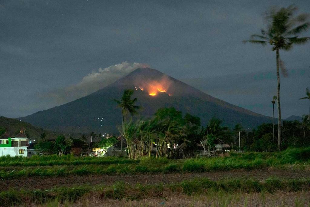 Hutan Lereng Gunung Agung Terbakar