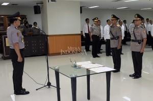Kabareskrim Polri Komisaris Jenderal Ari Dono Sukmanto (kiri) memimpin pembacaan sumpah serah terima jabatan Direktur Tindak Pidana (Dirtipid) Korupsi Bareskrim Polri di Aula Bareskrim Polri, Jakarta, Selasa, 3 Juli 2018.