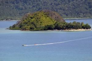Wisatawan menaiki perahu pisang di depan Pulau Setan, KWBT Mandeh, Kabupaten Pesisir Selatan.