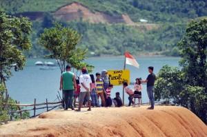 Wisatawan berfoto dengan latar belakang panorama KWBT Mandeh di Kabupaten Pesisir Selatan.