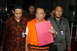 Gubernur Aceh Irwandi Yusuf mengenakan rompi tahanan keluar dari gedung KPK, Jakarta, Kamis, 5 Juli 2018 sekitar pukul 00.45 WIB setelah menjalani pemeriksaan sejak Rabu, 4 Juli 2018 siang.