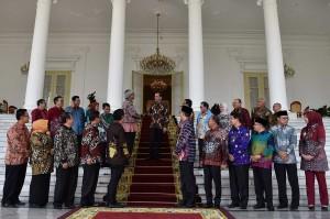 Jokowi menginginkan setiap kebijakan yang ada di pemerintah pusat bisa dikerjakan secara sinergi bersama-sama antara pemerintah pusat dengan pemerintah di daerah termasuk pemerintah kabupaten.