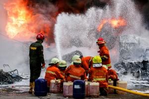 Sebanyak 31 mobil pemadam kebakaran dikerahkan untuk memadamkan api yang menghanguskan gudang kimia tersebut.