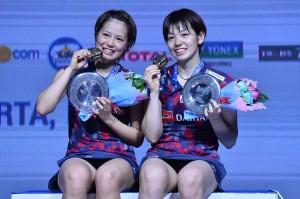Ganda putri Jepang Yuki Fukushima dan Sayaka Hirota menunjukkan trofi dan medali yang baru saja mereka raih pada  turnamen Bulu Tangkis Blibli Indonesia Open 2018 di Istora Senayan, Jakarta, Minggu, 8 Juli 2018. AFP Photo/Adek Berry