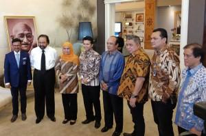 Pasangan calon Gubernur dan Wakil Gubernur Jawa Timur terpilih Khofifah Indar Parawansa dan Emil Dardak yang mengenakan atasan batik dan bawahan celana panjang hitam disambut oleh Ketua Umum NasDem Surya Paloh beserta jajaran di Kantor DPP Partai NasDem, Jakarta, Senin, 9 Juli 2018.