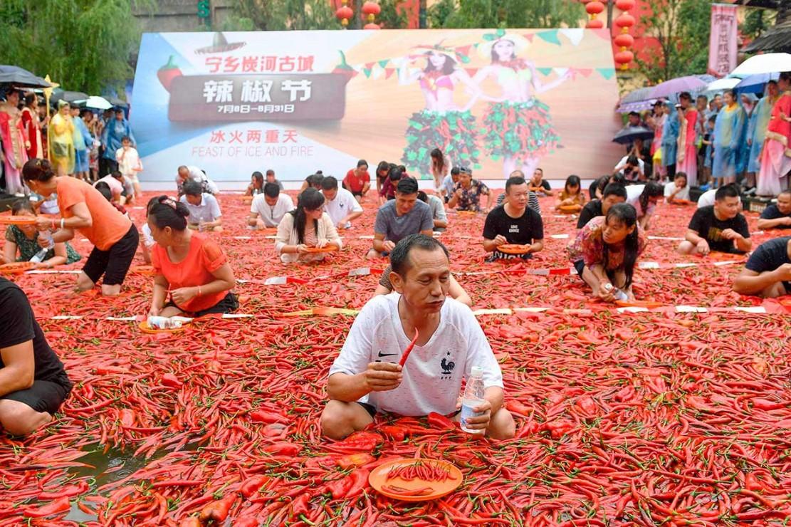 Serunya Lomba Makan Cabai di Tiongkok