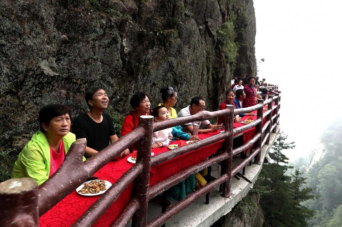 Rasakan Sensasi Makan di Tepi Tebing Setinggi 2.000 Meter