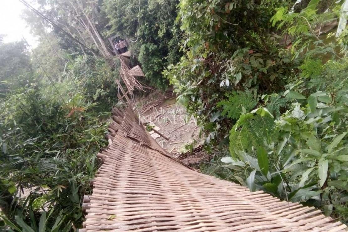 Jembatan gantung di Desa Ciparay, Kecamatan Cidolog, Ciamis, Jawa Barat, putus saat dilewati secara bersama-sama puluhan warga, Selasa, 10 Juli 2018 sekitar pukul 10.00 WIB.