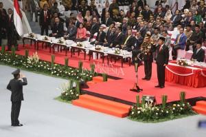 Presiden Joko Widodo didampingi Wapres Jusuf Kalla, Kapolri Jenderal Pol Tito Karnavian beserta istri saat mengikuti upacara peringatan Hari Bhayangkara ke-72 di Istora Senayan, Jakarta.