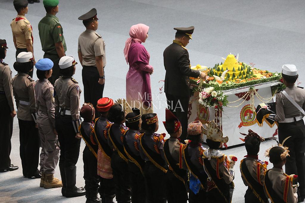 Kapolri Jenderal Pol Tito Karnavian memotong tumpeng seusai upacara peringatan HUT ke-72 Bhayangkara dengan inspektur upacara Presiden Joko Widodo di Istora Senayan, Jakarta.