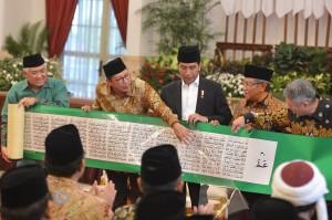 Dalam acara ini, Jokowi menerima mushaf Alquran sepanjang 17 meter dari pengusaha Konghucu asal Malaysia, Tan Sri Lee Kim Yew.
